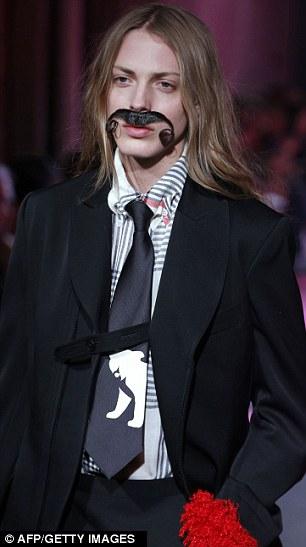 """Tại show của Yohji, Andrej còn được """"trang trí"""" một bộ râu cỡ lớn, xóa tan đi nét nữ tính thường thấy trên gương mặt của anh."""