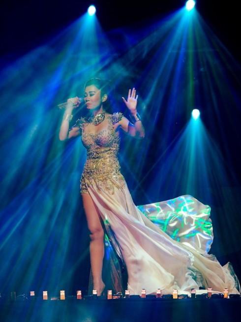 Nữ ca sĩ tiếp tục thay bộ trang phục bằng kim loại cá tính. Phần đuôi được gắn chân váy với chất liệu lụa bồng bềnh.