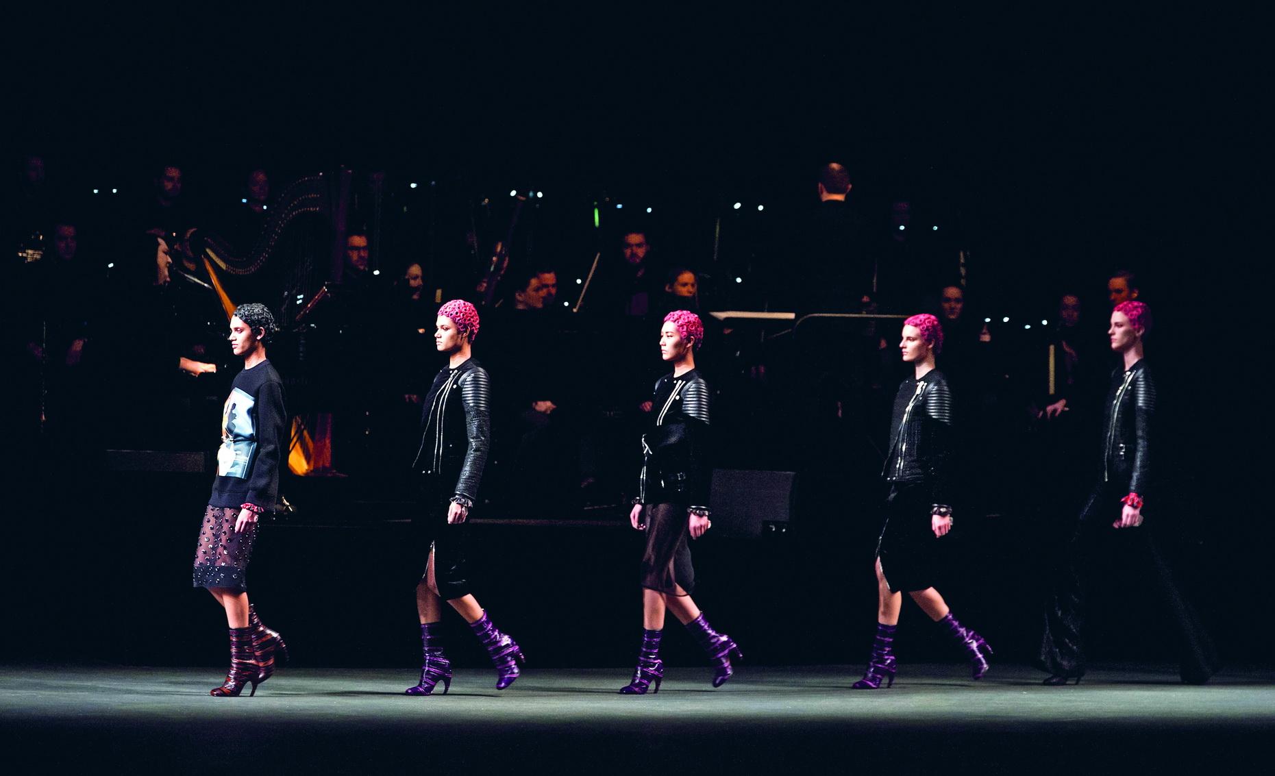 """Givenchy<br/>Sự nổi loạn, bất quy tắc mà Riccardo Tisci tạo ra trên sàn catwalk trong show diễn của Givenchy đã làm """"thỏa mãn cơn khát"""" của những người đang chờ đợi """"một làn gió mới"""". Tất cả mọi thiết kế, mẫu họa tiết, màu sắc, phụ trang, phong cách trang điểm... trong show diễn đều ma mị!"""
