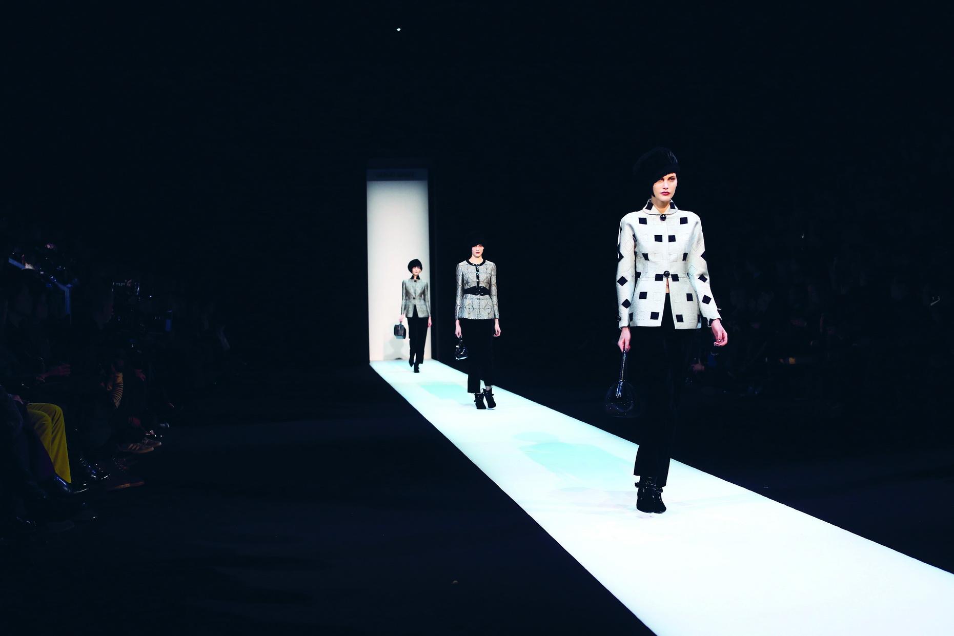 Giorgio Armani <br/>Đêm diễn như một giấc mơ đẹp với đường băng sáng choang tập trung mọi sự chú ý. BST