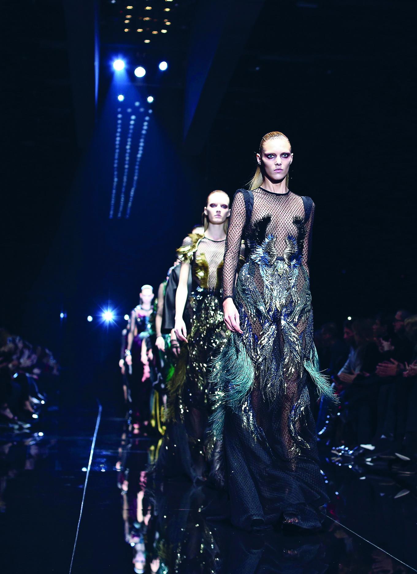 Gucci <br/>Người mẫu của Gucci bước ra trong những thiết kế quyến rũ, lấy cảm hứng từ thời trang thập niên 40, tựa những thiên thần của bóng đêm. BST