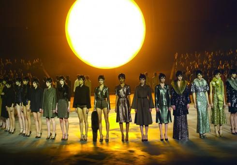 Marc Jacobs <br/>Một mặt trời khổng lồ đã được NTK Marc Jacobs đem lên sàn diễn và những người mẫu như tia nắng rạng rỡ trong các thiết kế được phủ đầy sequin. Một phần quan trọng khác của BST là các mẫu lấy cảm hứng từ đồ pyjama với chất liệu lụa satin mềm mại nhất.