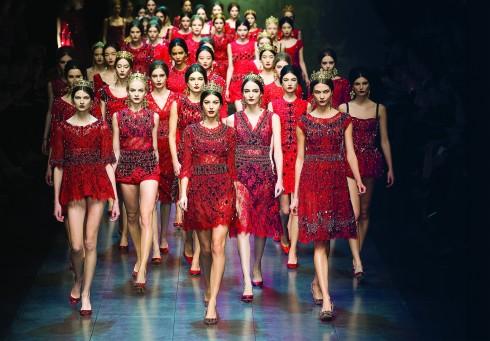Dolce&Gabbana<br/>Dolce&Gabbana đã trình làng BST mới lấy cảm hứng và cũng mang đôi điều ẩn dụ về tôn giáo. Khoảnh khắc tất cả người mẫu cùng bước ra trong sắc đỏ rực rỡ đẹp đầy phấn khích!