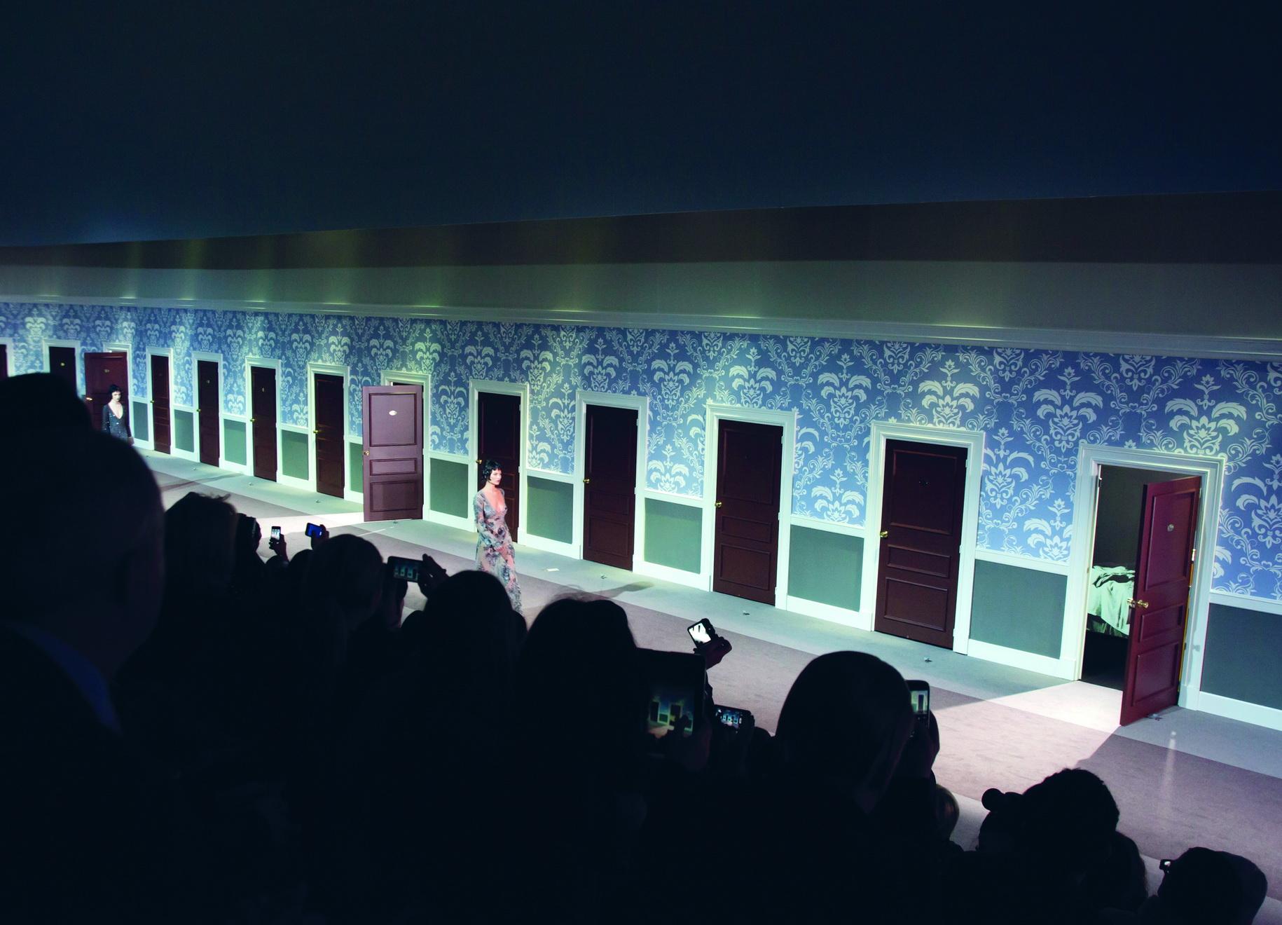 Louis Vuitton <br/>Show diễn của Louis Vuitton luôn là một cái kết ngọt ngào và đầy bất ngờ của Tuần lễ thời trang Paris. Marc Jacobs tạo ra một không gian và BST đầy hoài cổ, sàn catwalk mô phỏng hành lang của khách sạn. Bí ẩn y như thế giới của những người phụ nữ!