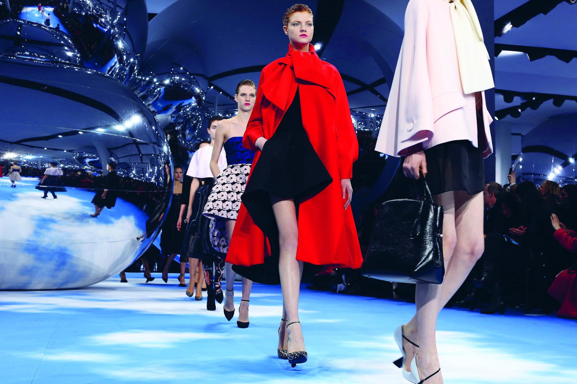 Christian Dior <br/>Diễn ra trong không khí thần tiên trên nền nhạc của Laurie Anderson với những quả cầu bạc lơ lửng tựa những đám mây, show diễn của NTK Raf Simons cho Dior làm mãn nhãn tất cả các khách mời. Cả thời trang và nghệ thuật (cảm hứng từ ông hoàng Pop-Art Andy Warhol) đã cùng thăng hoa!