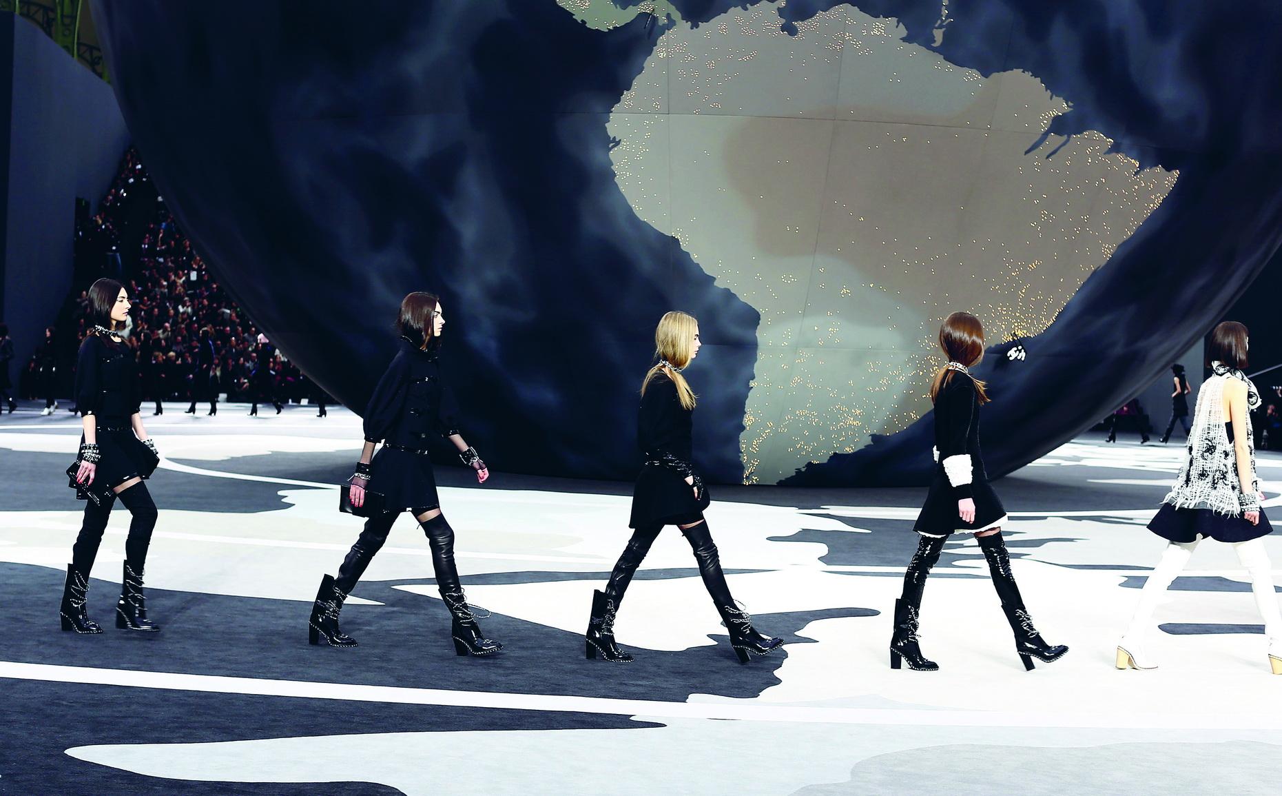 """Chanel<br/>Karl Lagerfeld đã chọn quả địa cầu khổng lồ đặt trong lòng Grand Palais và nhạc nền """"Around The World"""" của Daft Punk để thể hiện ý tưởng"""