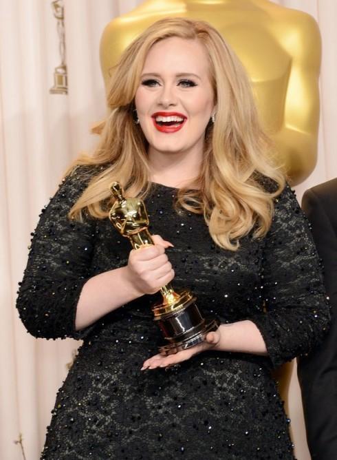 """Adele nhận giải Oscar cho ca khúc """"Skyfall"""""""