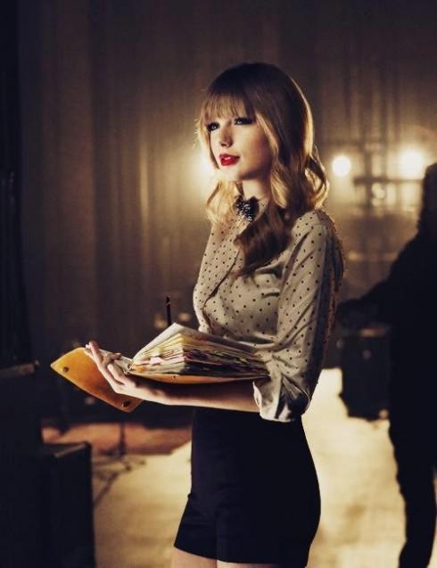 Nữ ca sỹ nhạc đồng quê đươc yêu thích: Taylor Swift.