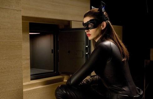 """Tạo hình của Anne Hathaway với vai Seline Kyle trong bom tấn """"The Dark Knight Rises""""."""