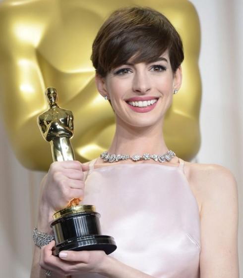 """Anne Hathaway hạnh phúc bên tượng vàng Oscar cho """"Nữ diễn viên phụ xuất sắc""""."""