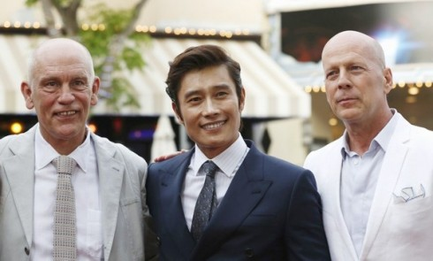 Lee Byung Hun và Bruce Willis & John Malkovic.