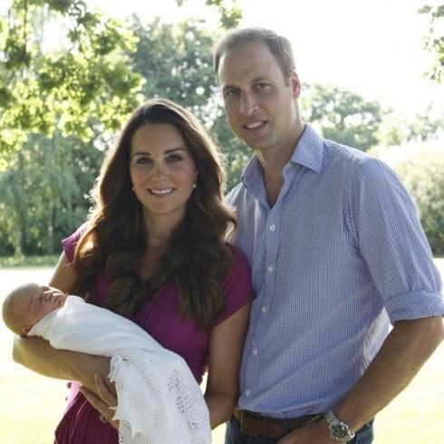 Bức ảnh chính thức đầu tiên của hoàng tử George do cha của công nương Kate thực hiện.