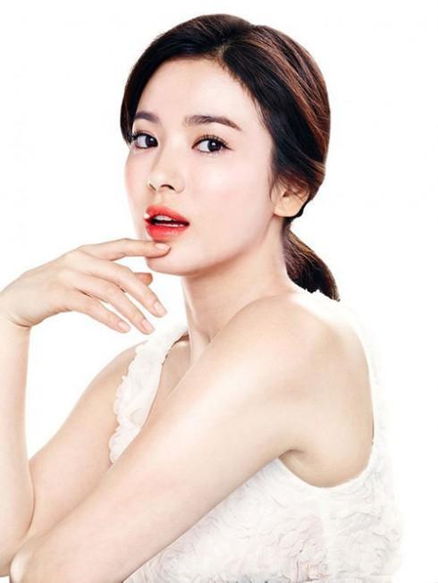 Song Hye Kyo quen thuộc với khán giả Việt Nam qua các bộ phim như Trái tim mùa thu, Một cho tất cả, Thế giới người ta sống...