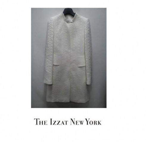 Song Hye Kyo dường như rất yêu chuộng màu trắng, cô có hẳn BST áo khoác màu trắng. Chiếc áo kén tằm tinh khôi này thuộc nhãn hiệu The Izzat New York, theo phỏng đoán, có giá lên đến hàng trăm triệu đồng.