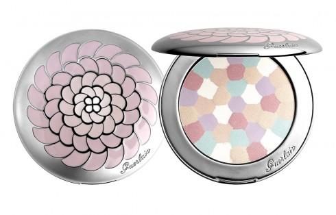 Bước 7: Phủ phấn<br/>Phủ một lớp mỏng phấn highlighter hay bronzer lên môi cho thêm lấp lánh, son môi cũng sẽ phản chiếu ánh sáng tốt hơn.