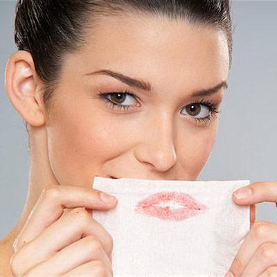 Bước 4: Chặm môi<br/>Bặm nhẹ môi lên khăn giấy để màu son lâu trôi hơn. Hãy nhớ bặm môi thật nhẹ, và cũng đừng lo lắng vì màu son có vẻ mờ và sặm đi.