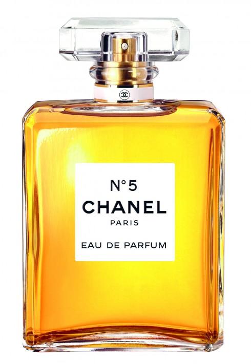"""Chanel – No.5<br/>Vì quá cổ điển mà thành bất tử. Chanel No. 5 sống qua nhiễu nhương của thứ mùi bột thơm suốt nửa đầu thế kỷ 20, qua làn sóng mùi ấm nóng châu Á của thập niên hippy, qua cả những năm 90 thơm mát chanh cam và năm 2000 bùng nổ ngọt ngào. Khi Coco Chanel đặt hàng Ernest Beaux, bà nói rõ rằng dù cho Ernest Beaux có tạo ra mùi gì thì mùi đó phải là """"mùi của một người phụ nữ"""". Mà người phụ nữ với Coco thì luôn vĩnh hằng. Có lẽ bởi vậy mà No. 5 hợp với bất kỳ người phụ nữ nào tin vào quyền lực của mình."""