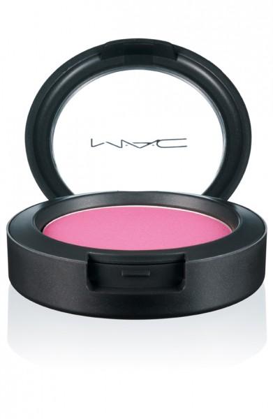 13. Má hồng: MAC Pinkswoon với màu hồng vừa đủ để trông khỏe mạnh, không có nhũ và rất mịn. Hiện tại Linh đang bị ám ảnh với việc sưu tập các màu má hồng của MAC nhưng bạn cũng có thể thử các màu phấn hồng của Lancome.