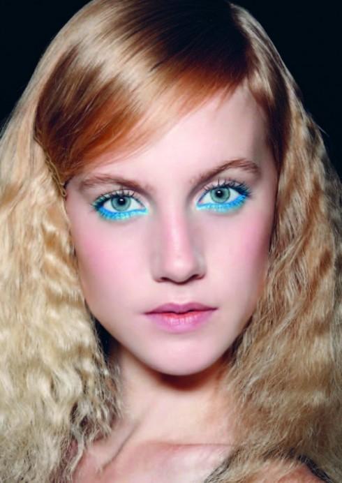 Mắt màu neon: Đôi mắt nổi bật rực rỡ màu sắc mang đậm phong cách rock của những năm 1970 là một trong những xu hướng đang được các nhà tạo mẫu lăng xê. Chuyên viên trang điểm Yadim của Kenzo đã lấy cảm hứng từ màu sắc của những rừng nhiệt đới và chọn màu cam và xanh để tô điểm cho đôi mắt. Chuyên viên trang điểm Hannah Murry thì dùng màu xanh huỳnh quang và kẻ một đường thật dày ở khóe mắt. Tất cả đều nổi bật trên làn da trắng không trang điểm nhiều để nhấn mạnh vào đôi mắt. <br/>Xu hướng phụ:  Đường viền mắt hình lưỡi liềm kéo dài ở đuôi mắt với những màu sáng như vàng, xanh chuối giúp bạn trông thật sáng tạo và phá cách.