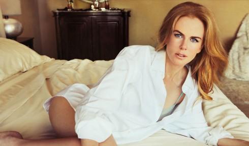 Phụ nữ quyến rũ trong chiếc áo sơ mi trắng của nam giới