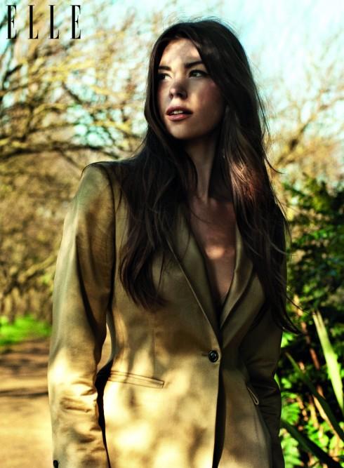 <br/>Vẻ đẹp trong trẻo tỏa sáng lung linh dưới từng tia nắng sớm, nàng diện một chiếc áo vest nhẹ để xoa dịu những làn gió se lạnh.