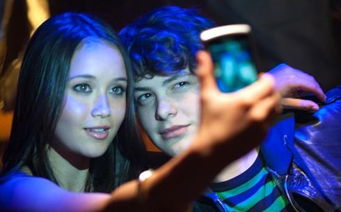 Với việc mặc chiếc áo ăn cắp từ Orlandao Bloom, Marc (Israel Broussard)  đã tìm thấy sự tự tin và cả tình bạn từ Rebbeca (Katie Chang) - cô gái ám ảnh với thời trang của các ngôi sao hạng A