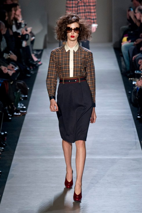 Marc by Marc Jacobs: trong kiểu sơ-mi cổ kín, tartan dù có hơi màu sắc vẫn mang nét cổ điển khi kết hợp cùng váy bút chì
