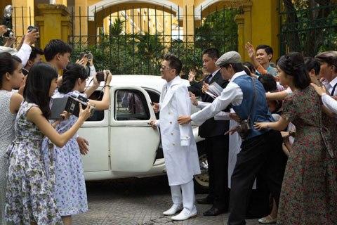 Chiếc xe màu trắng là chiếc Traction của hãng Citroen