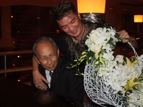 Đàm Vĩnh Hưng cầm hoa đến xin lỗi nhạc sỹ Nguyễn Ánh 9