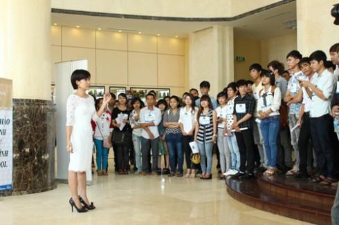 Uyên Linh không chỉ làm ban giám khảo, mà còn đồng hành cùng các thí sinh.