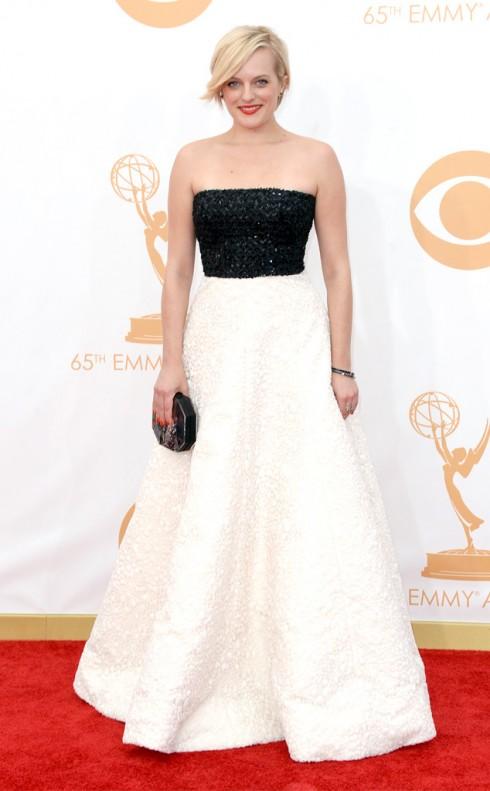 Diễn viên Elisabeth Moss với chiếc đầm trắng đính cúp ngực kim sa lấp lảnh của Andrew Gn. Cô trông thật hoàn hảo với màu nail và màu môi đỏ san hô quyến rũ.