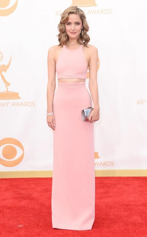 Rose Byrne không bao giờ làm khán giả thất vọng về những lần xuất hiện của cô. Lần này cô chọn chiếc đầm hồng nhẹ nhàng Calvin Klein, clutch cầm tay Jimmy Choo và trang sức Tiffany & Co.