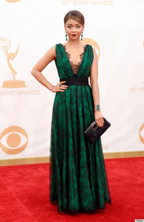 Sarah Hyland thực sự nổi bật với chiếc đầm màu xanh ngọc mượt mà phủ ren đen ấn tượng của Carolina Herrera. Cô chọn trang sức đi kèm của Lorraine Schwartz cùng tông màu.