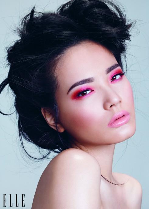 Trong show của Dior, môi nude đi cùng với mắt cam rực đính pha lê. Trong show Louis Vuitton, môi nude kết hợp với mắt cam đất viền eyeliner cả hai mí và chải thật nhiều mascara. Hãy lấy cảm hứng từ đó để tạo ra cách trang điểm này