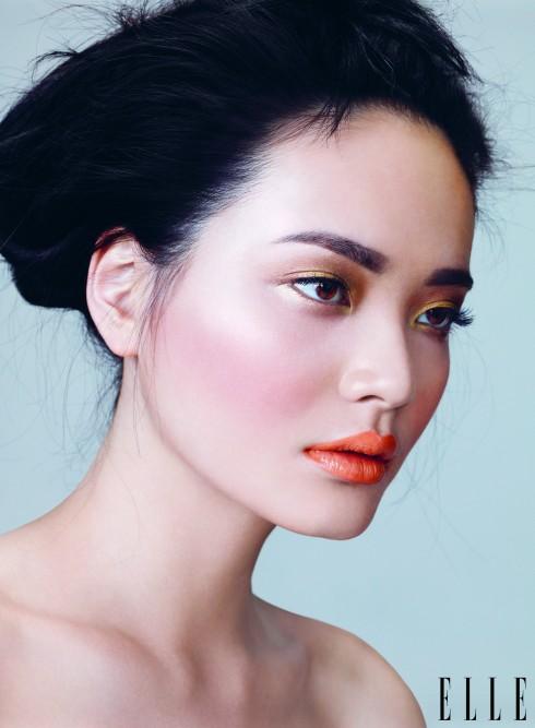 Mắt và môi đều cùng gam nude? Hãy tạo điểm nhấn bằng cặp lông mày dày, rậm và nổi bật