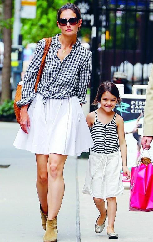 Katie đi dạo phố cùng Suri ở New York