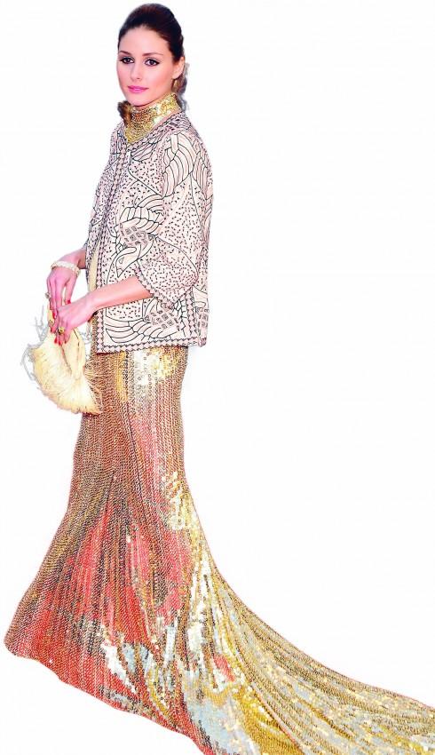 <b>2.</b> Nổi bật và quý phái trên thảm đỏ trong bộ đầm đuôi cá đính kim sa lộng lẫy của Roberto Cavalli kết hợp với áo khoác hoa văn Zara và clutch đính sequin.