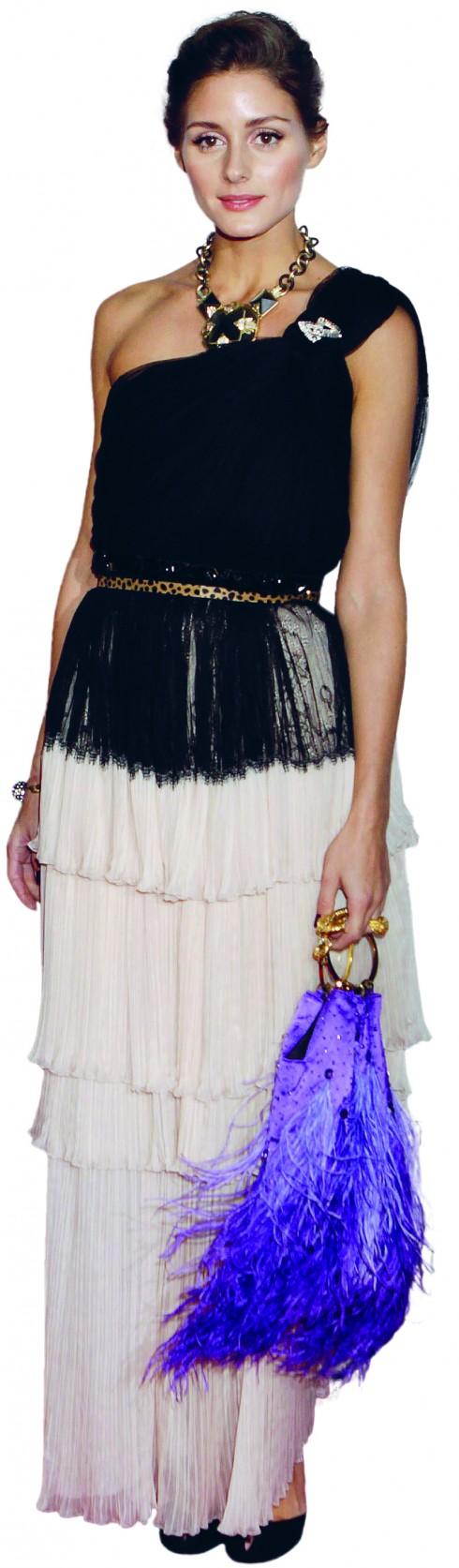 <b>5.</b> Tham gia sự kiện New York City Ballet Gala, Olivia đã lựa chọn đầm lệch vai tua rua đen trắng với điểm nhấn là vòng cổ đính đá bản lớn và clutch tua rua màu tím.