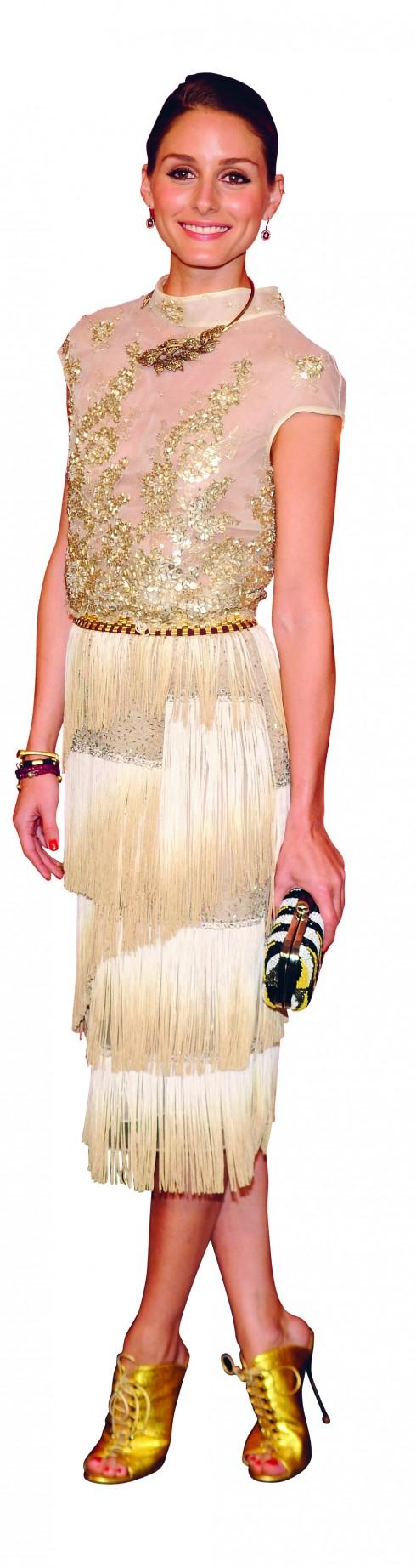 <b>7.</b> Cô lộng lẫy trong trang phụccủa DENNIS BASSO với áo voanmỏng thêu hoa và chân váy tuarua cổ điển.