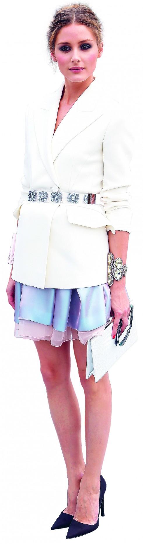 <b>8.</b> Người đẹp Olivia gây ấn tượng tại buổi diễn của Dior nhờ phong cách thanh lịch, mềm mại với blazer trắng cài thắt lưng đá xanh ton-sur-ton với chân váy lụa ánh kim và vòng tay bản lớn.