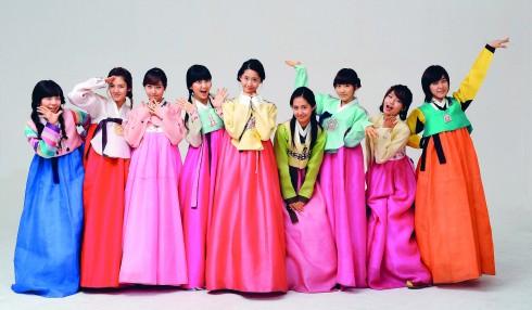 Những cô gái Hàn Quốc luôn trông xinh xắn và tươi trẻ với làn da trắng trong veo, được trang điểm rất nhẹ nhàng. Đó là kết quả của quá trình chăm sóc da kỹ lưỡng và cầu kỳ.
