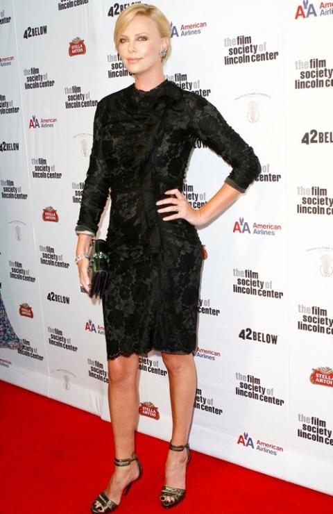 Charlize Theron: bề mặt chất liệu ấn tượng