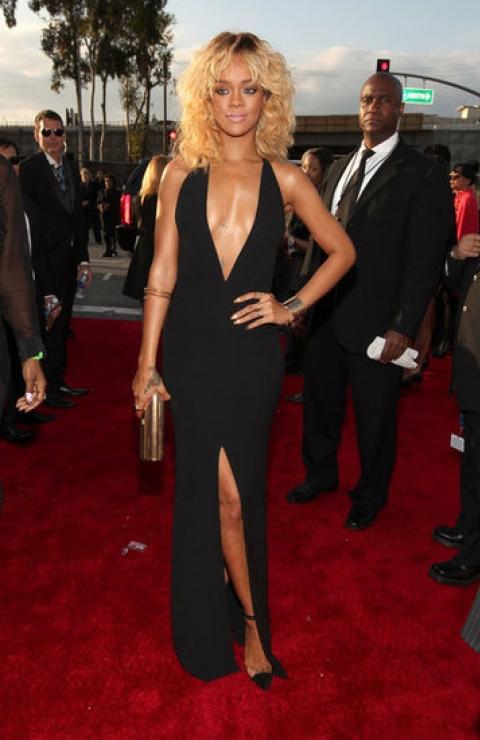 Rihanna: đơn giản nhưng sexy nhờ kiểu cổ sâu và xẻ tà