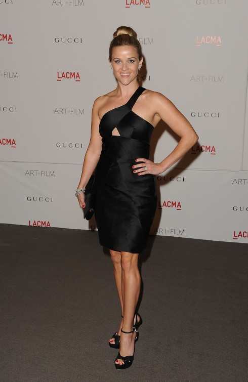 Reese Witherspoon: lệch vai và cut-out gợi cảm<br/><> on November 5, 2011 in Los Angeles, California.