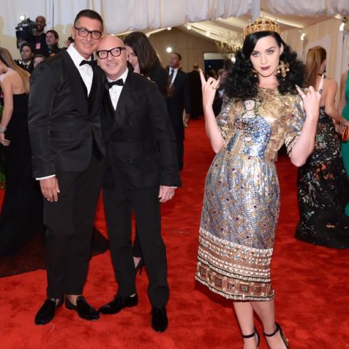 Hai nhà thiết kế cùng nữ ca sỹ Katy Perry trong một mẫu trang phục của mình tại Met Gala 2013.