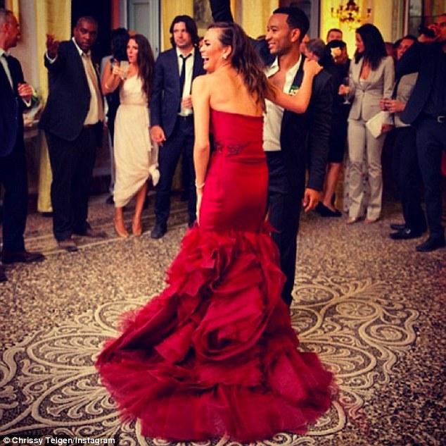 Chrissy Teigen lộng lẫy với 3 váy cưới Vera Wang