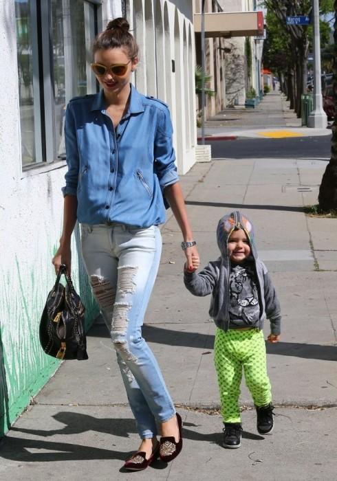 Denim cũng được các sao Hollywood ưa chuộng. Miranda Kerr là một fan của denim.