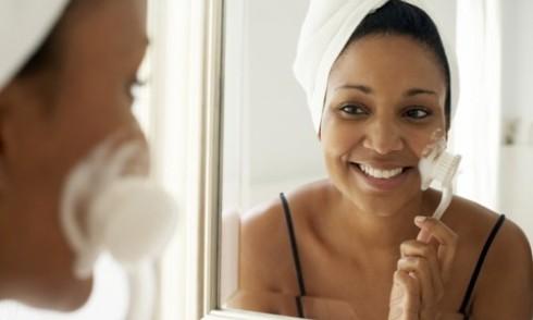 Massage da mặt với bàn chải