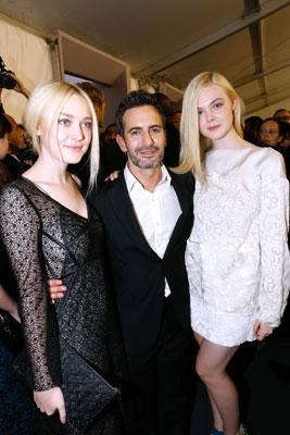 Dakota Fanning, Elle Fanning và nhà thiết kế Marc Jacobs tại show diễn của Louis Vuitton.