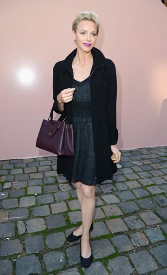 Công nương Charlene xứ Monaco với son môi tím và túi cùng màu tại show diễn Marc Jacobs Xuân Hè 2014
